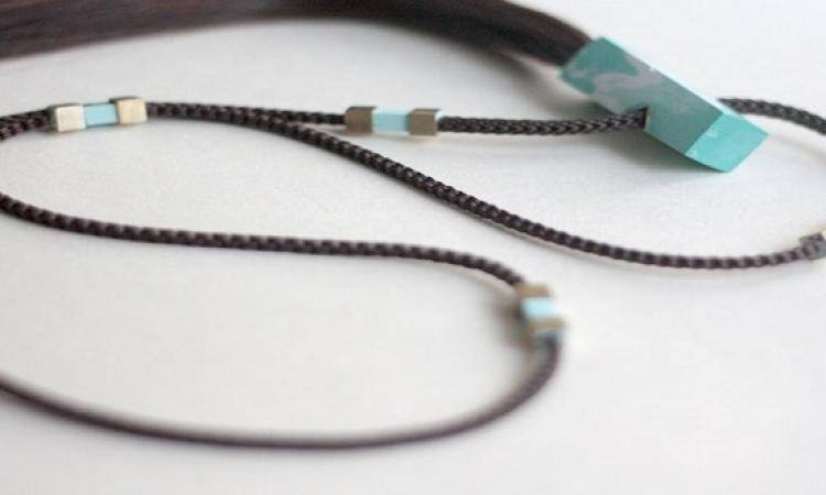 بالصور.. مصممة مجوهرات تحول شعر مرضى السرطان إلى حلى قيمة