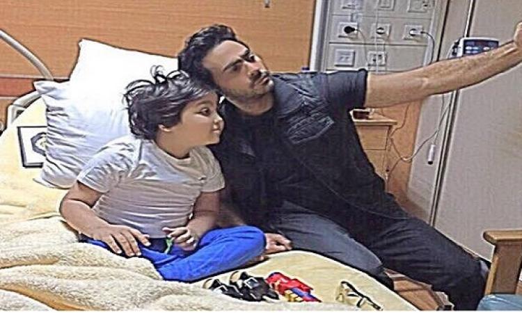 بالصور .. تامر حسنى يزور طفلا مصابًا بالسرطان ويدعو لمقاطعة الوجبات السريعة