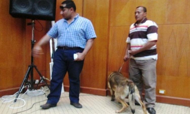 بالفيديو.. ضحكات الرئيس على تأخر الكلاب فى الكشف عن المخدرات وتشبسها بالعربية