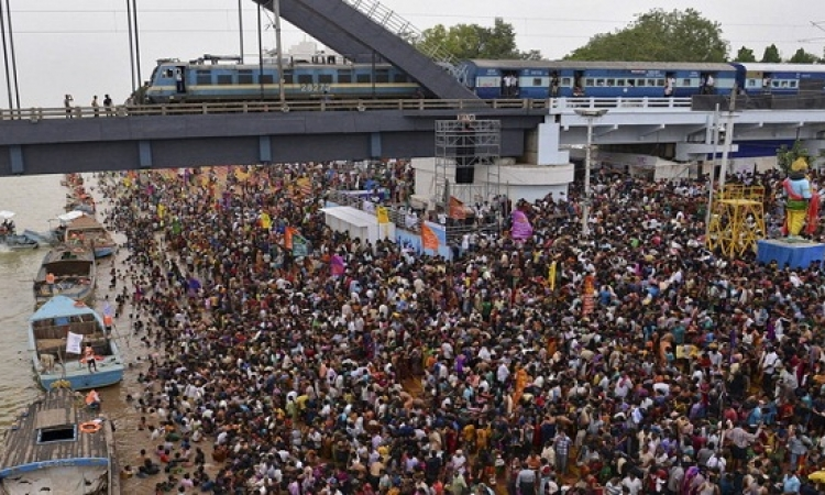 قتل 26 شخصا جراء تدافع الحشود للاغتسال فى نهر جودافارى بالهند