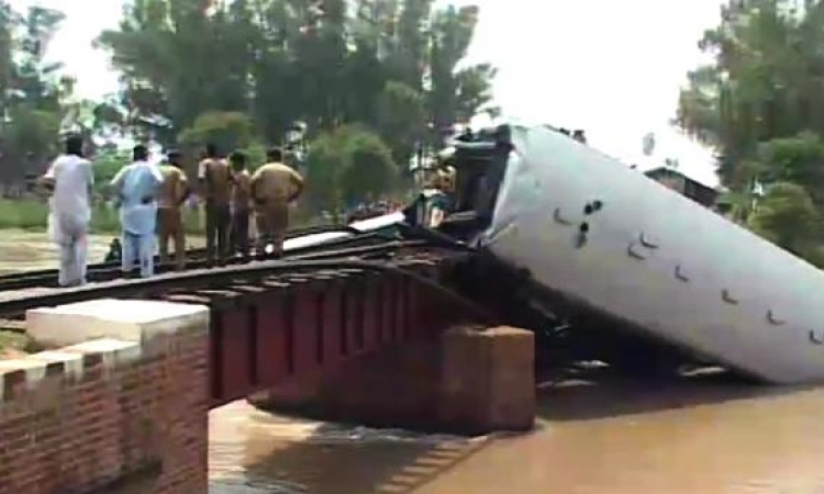 وفاة 5 أشخاص حتى الآن إثر سقوط قطار فى النهر بباكستان