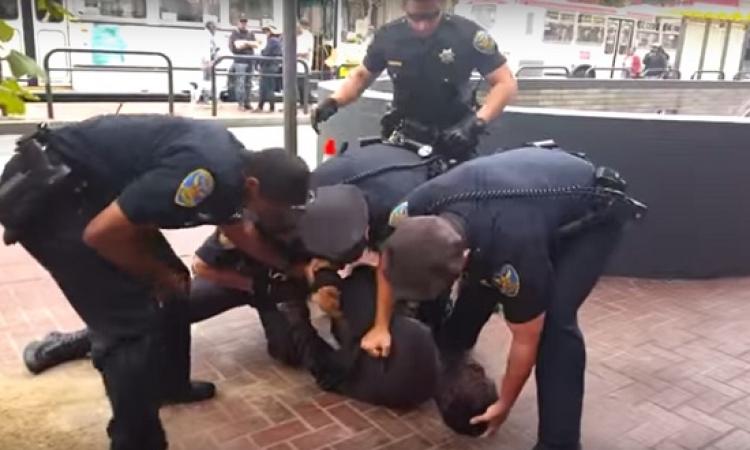 فيديو صادم .. رجال شرطة أمريكيين يعتدون على أسود معاق .. الإنسانية الأمريكية !!