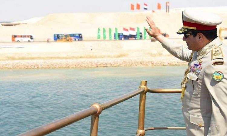 السيسى بالزى العسكرى .. يستقل اليخت المحروسة فى جولة داخل قناة السويس