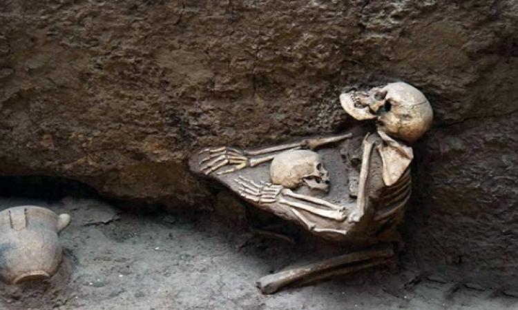 بالصور.. أم تحتضن طفلها خوفا من الزلزال والغرق منذ 4 آلاف عام