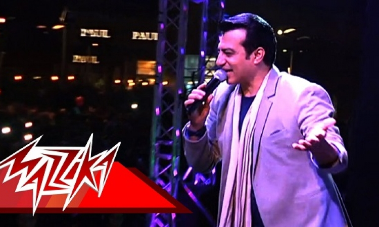 بالفيديو .. الرومانسية على طريقة إيهاب توفيق .. قاعدلك فاضيلك مقطوعلك !!