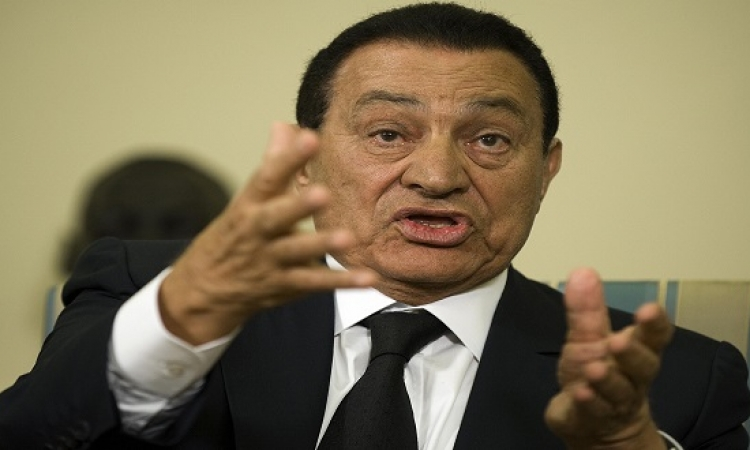 أنصار مبارك يتداولون صورة جديدة له مع ابنة أحد أصدقائه بالمستشفى