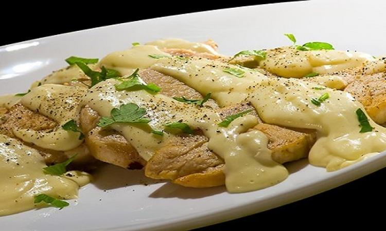 طبق اليوم .. دجاج بصوص الثوم والجبنة