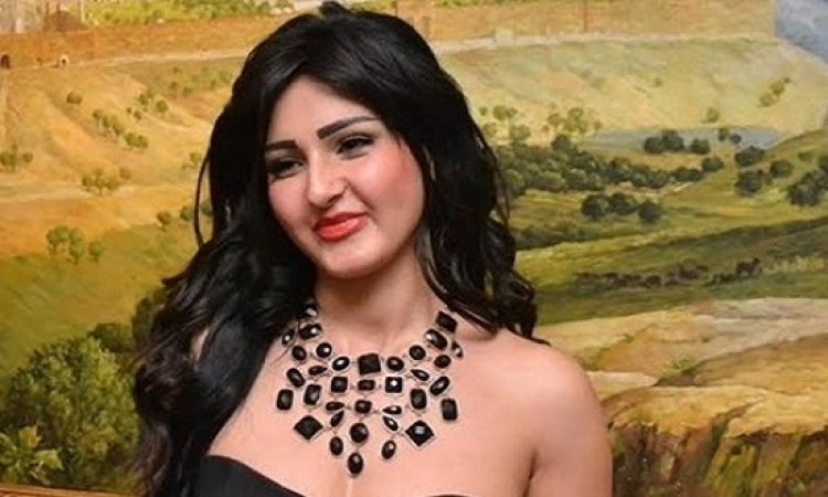 بالصور.. دعوات لإقالة محافظ بورسعيد لتكريمه راقصة شبة عارية.. معلش كانت مصيفة!!