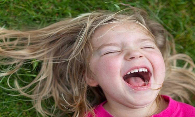 بالفيديو .. طفلة تستيقظ على صوت أغنيتها المفضلة لترقص بهستيريا!!