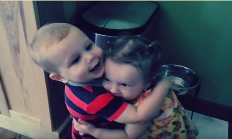 بالفيديو.. طفل يحتضن فتاة لأول مرة .. شاهد ماذا فعل