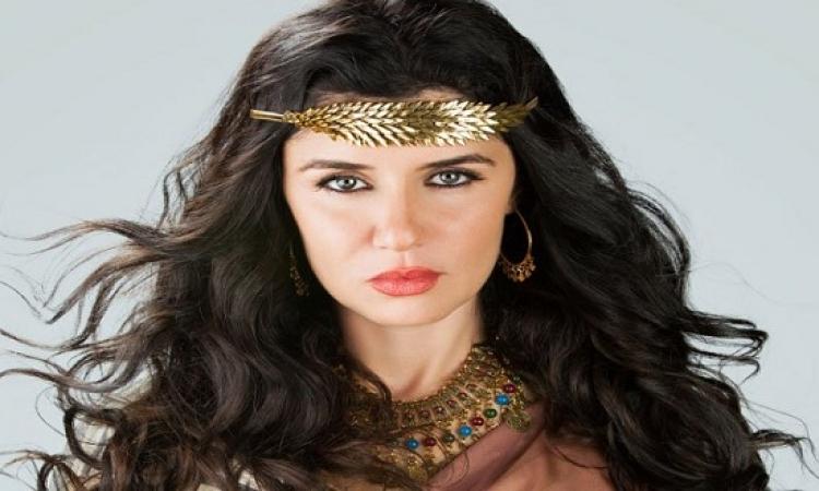 بالفيديو .. خدوش وجروح فى وجه غادة عادل .. بعد مهاجمتها من قرد !!