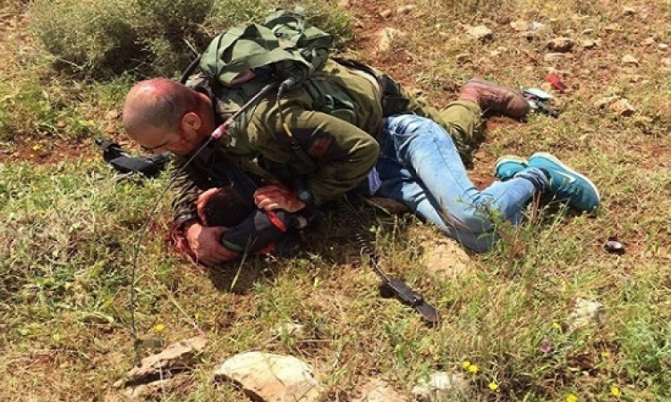 فلسطينى يطعن شرطى إسرائيلى برأسه
