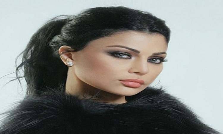 بالصور .. هيفاء وهبى بفستان شفاف تستلم جائزة أفضل فنانة بالشرق الأوسط