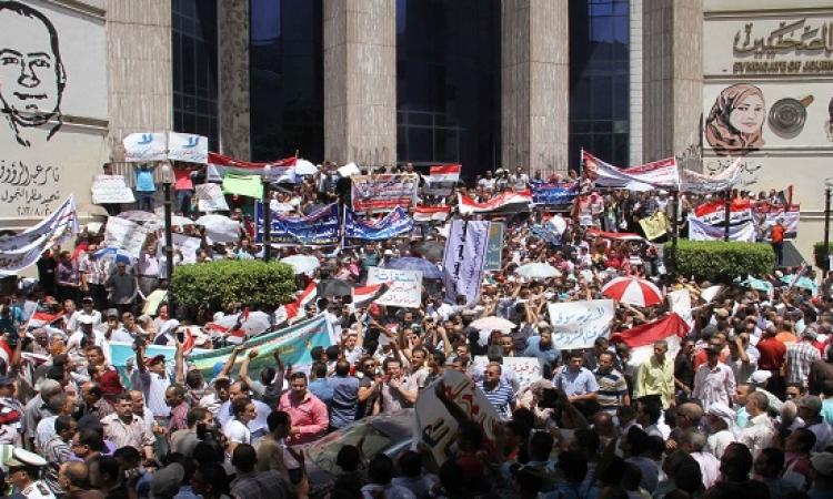 """وقفة حاشدة لموظفى الضرائب والجمارك أمام """"الصحفيين"""" ضد قانون الحماية المدنية"""