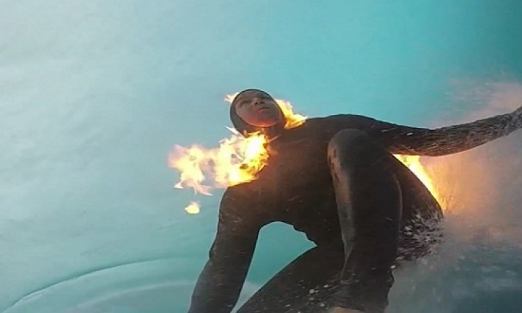 بالفيديو .. كتلة لهب مشتعلة وسط مياه المحيط .. ايه الدماغ دى !!