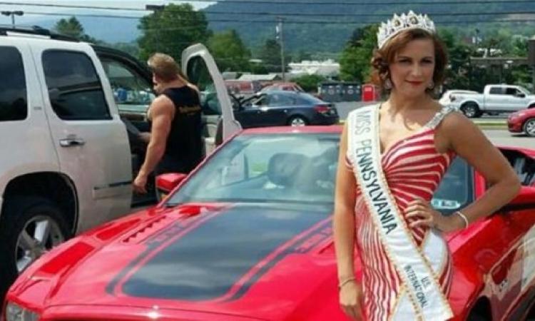 سحب لقب من ملكة جمال ولاية بنسلفانيا الامريكية مع وشاحها والتاج