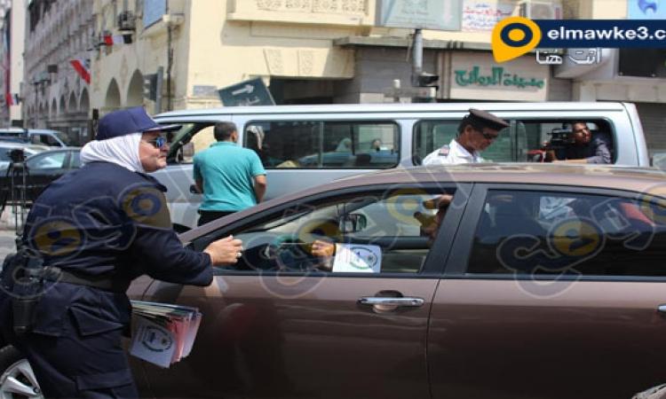 #مصر_بتفرح .. الشرطة توزع الأعلام على المواطنين بمصر الجديدة احتفالاً بقناة السويس