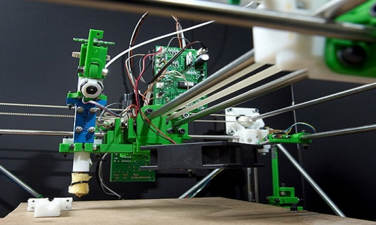 طابعة ثلاثية الأبعاد تطبع بالزجاج المصهور