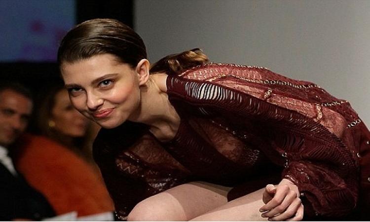 جاستينا كامبل تتعرض لموقف محرج فى عرض أزياء وهكذا كانت ردة فعلها