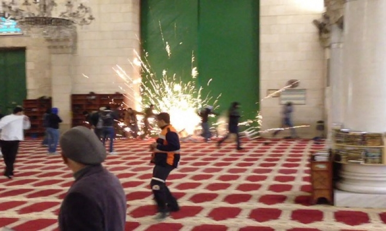بالفيديو .. لليوم التانى .. قوات الاحتلال تواصل اعتداءاتها على المسجد الأقصى
