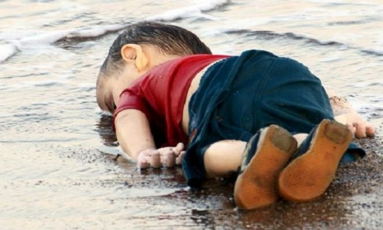 بالفيديو .. الطفل السورى الغارق الذى هز العالم لحظة انتشاله