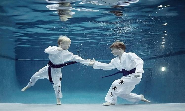 بالصور .. رياضة تحت الماء .. تنس وسلة وكراتية !!