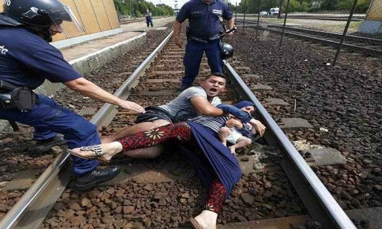 بالصور.. معاناة اللاجئين فى محطة بودابست