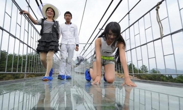 أطول جسر زجاجى معلق فى العالم .. بالصين