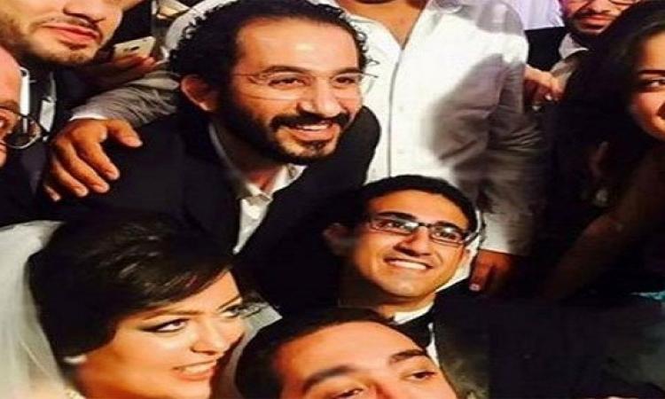 بالصور.. رواد فيس بوك يتداولون صورا للفنان أحمد حلمى بعد تلبيته حضور حفل زفاف شبيهه