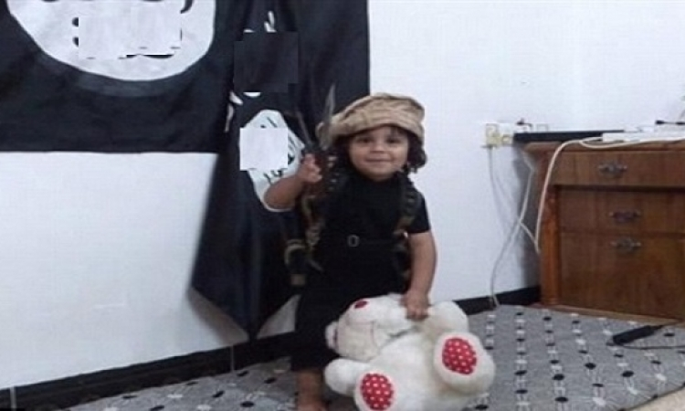 بالصور .. طفل داعشى يتعلم إعدام دميته حرقًا .. عندما تموت البراءة!!