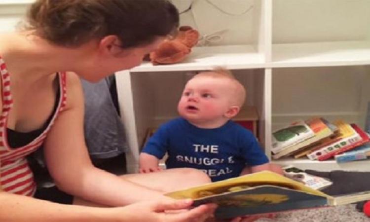 بالفيديو .. رد فعل غريب لطفل بعد توقف والدته عن قراءة القصة له