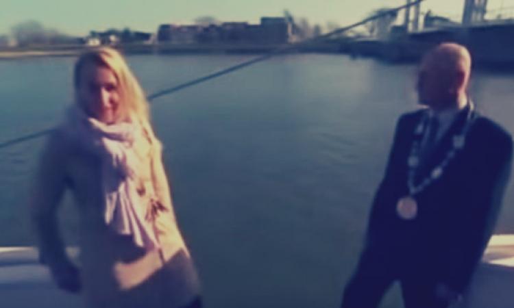 بالفيديو .. سقوط مذيعة فى الماء على الهواء