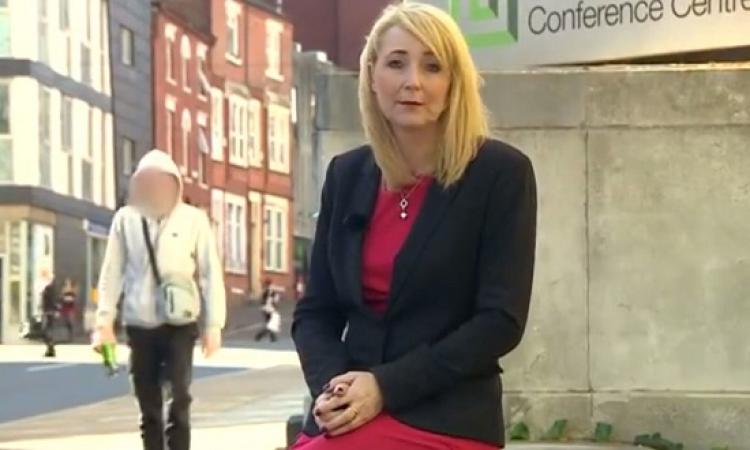 بالفيديو .. مراسلة تتعرض للتحرش على الهواء مباشرة أثناء عمل تقرير عن المتحرشين !!