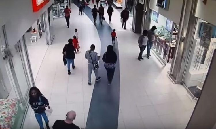 بالفيديو.. بطريقة خاصة ومميزة جدا متسوق يعرقل لص!