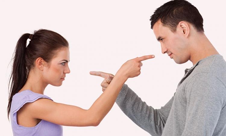حكم الدين فى زوج كثير الحلف بالطلاق فهل لا زالت المراة فى عصمته؟