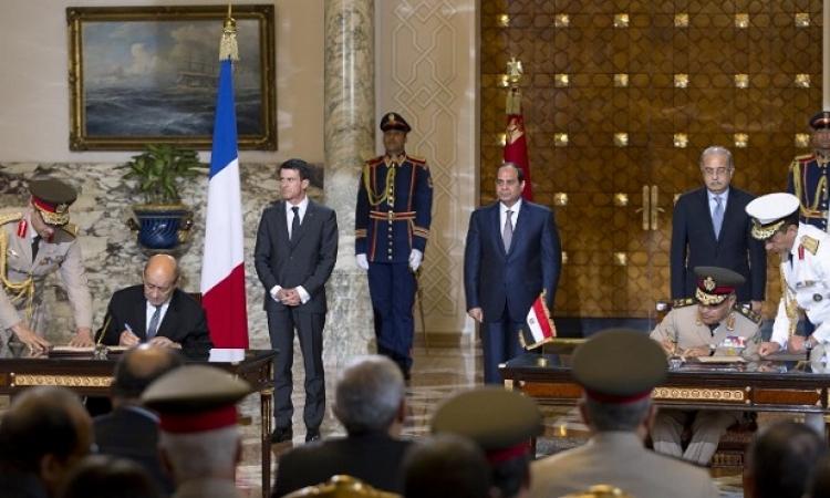 """بالفيديو .. مصر توقع اتفاقية شراء حاملتى مروحيات """"ميسترال"""" من فرنسا"""