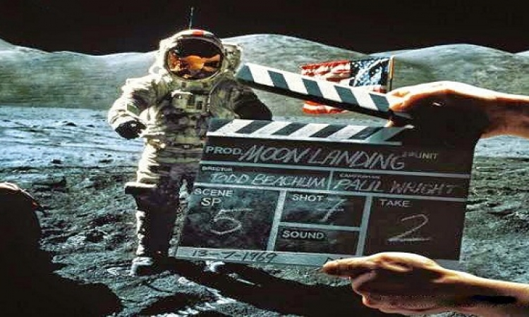روسيا تكشف أكذوبة أمريكا على سطح القمر : مفيش رياح عشان العلم يرفرف !!