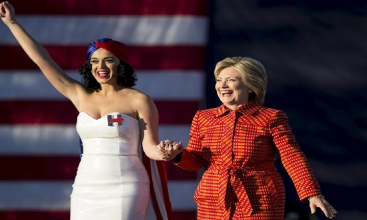 بالصور .. كاتى بيرى تدعم هيلارى كلينتون .. حفلة وعشا واكسسورات!!