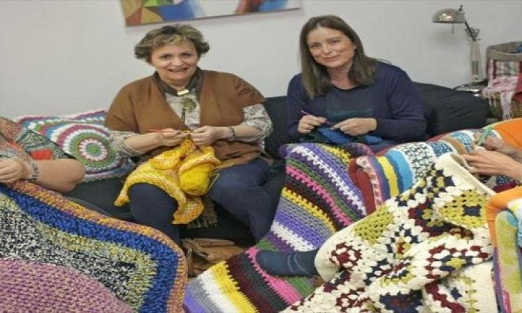 سيدات اسبانيا ينسجن البطاطين من أجل النازحين السوريين