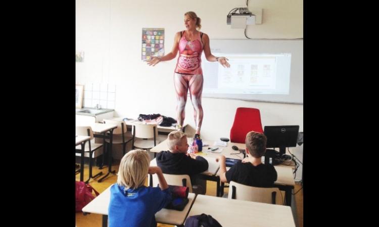 بالفيديو والصور .. هيكل عظمى يشرح الدروس للطلبة فى هولندا .. زى عندنا بالضبط !!
