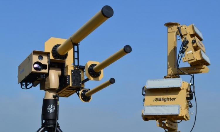 بالفيديو .. شركة بريطانية تبتكر سلاح يجمد الطائرات بدون طيار فى الجو