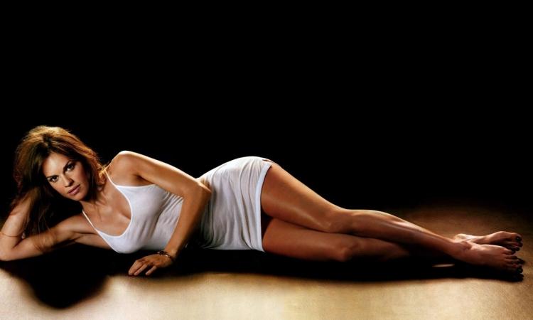 بالصور .. هيلارى سوانك تروج لفيلمها الجديد بفستان أبيض