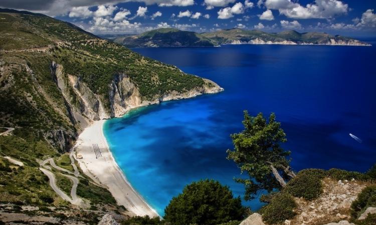 شاطئ ميرتوس فى اليونان .. جمال ساحر وألوان خلابة