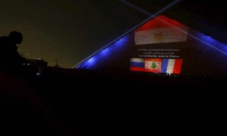 تضامناً معهم .. مصر تضىء خوفو بأعلام لبنان وفرنسا وروسيا