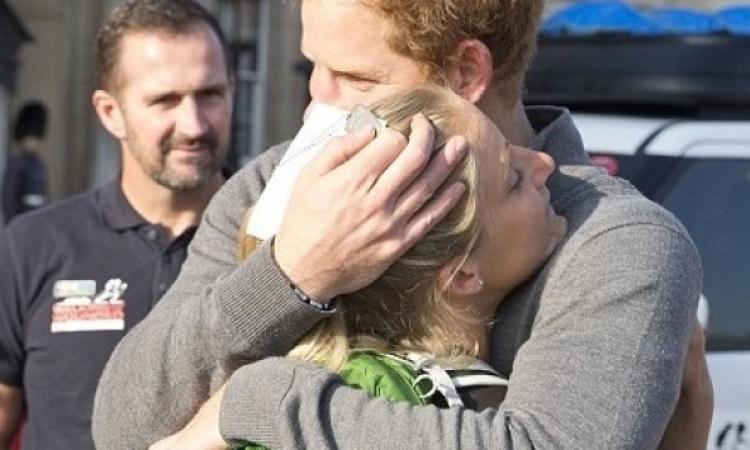 بالصور.. من هى الفتاة التى احتضنها الأمير هارى؟