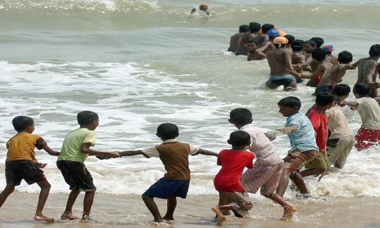 بالفيديو .. سلسلة بشرية فى الهند لإنقاذ رجل من الطوفان