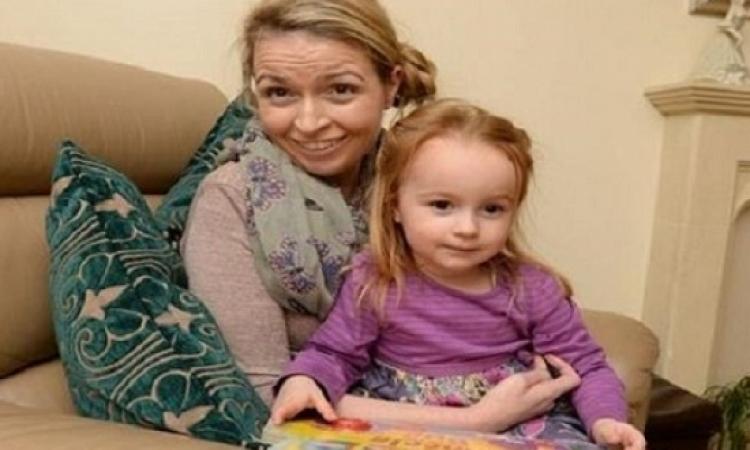 سيدة بريطانية تتعلم المشى والكلام من طفلتها الرضيعة