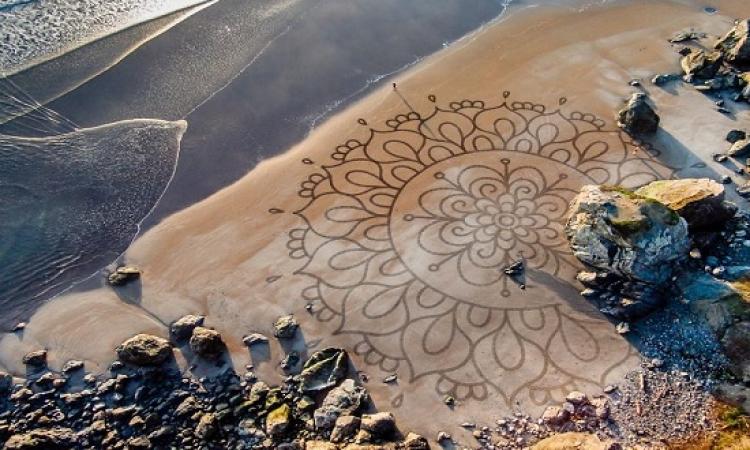 بالصور .. فنان يقضى عمره فى رسم لوحات مذهلة على الرمال !!