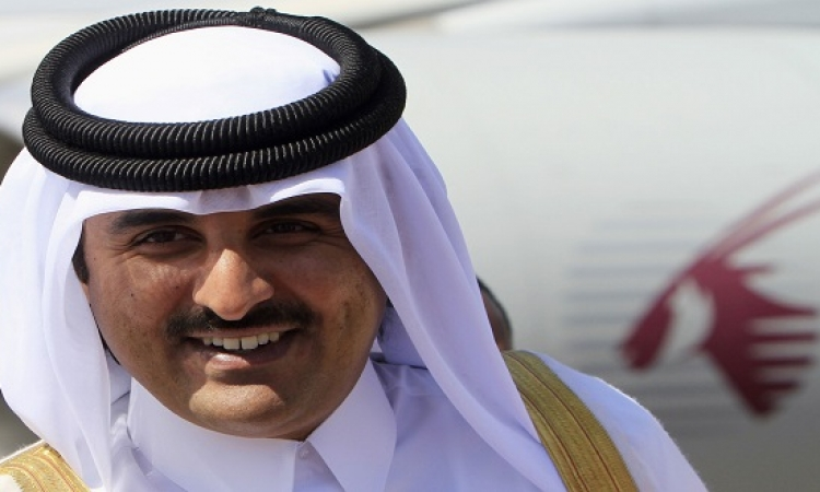 بالصور .. تميم بن حمد يقود والده على كرسى متحرك بمطار الدوحة