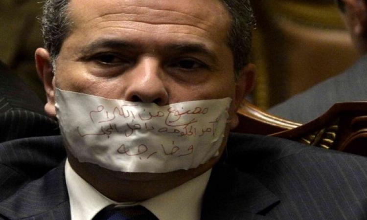 بالصور .. توفيق عكاشة يكمم فمه داخل البرلمان !!